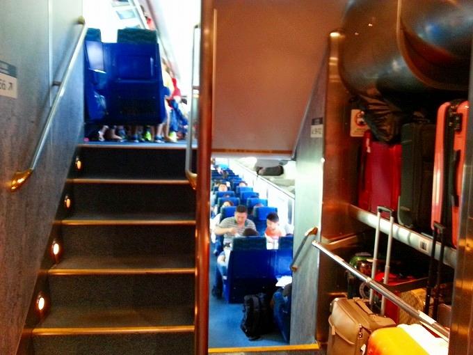 ホンハム駅から常平駅までの列車の内部。