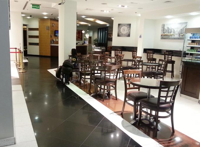ドバイ。アラビアンパークホテルのカフェ「DELI」