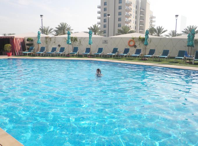 ドバイ。アラビアンパークホテルのプール(the pool in Arabian Park Hotel.)