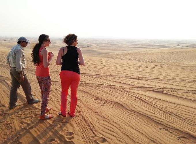 ドバイ。砂丘の上で休憩。ロシアから来た女性たちと同行。