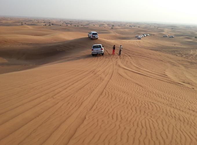 ドバイ。果てしなく続く砂漠の地平線