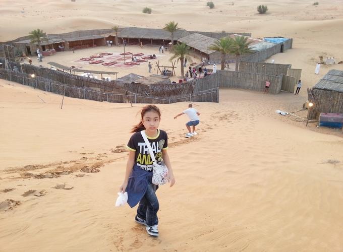 ドバイ。砂漠の真ん中にレストラン。