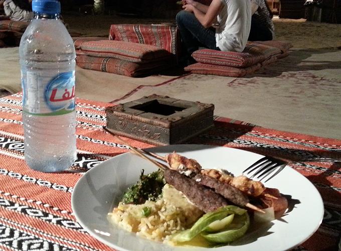 ドバイ。砂漠の真ん中でアラビアンな夕食