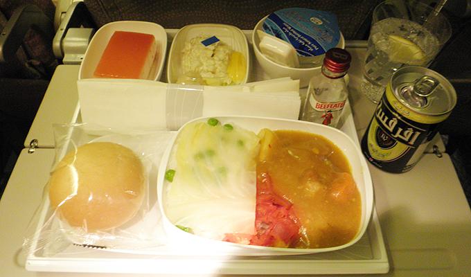 ドバイ。エミレーツ航空の機内食(In-flight meal)とジントニック(Gin and tonic)