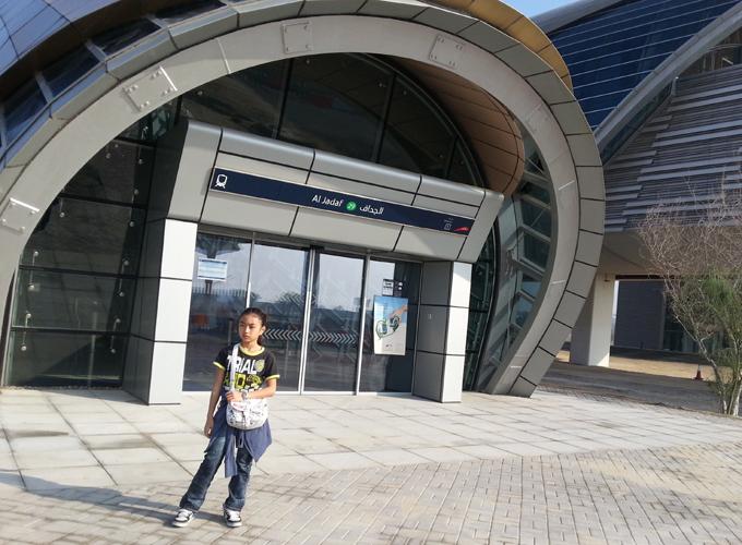 ドバイ。アル・ジャダフ駅入口