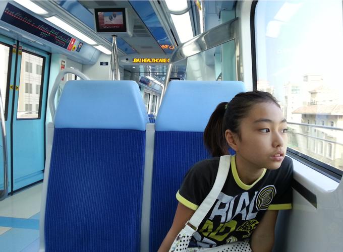 ドバイ。グリーンラインの列車の中