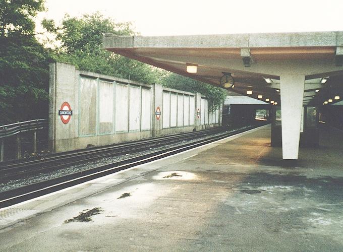 イギリス。wood green station.