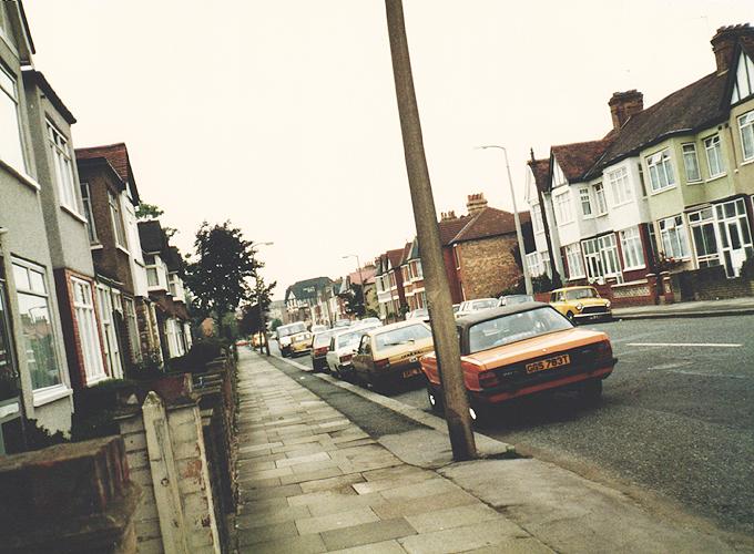 イギリス。In fornt of the street at empty house.