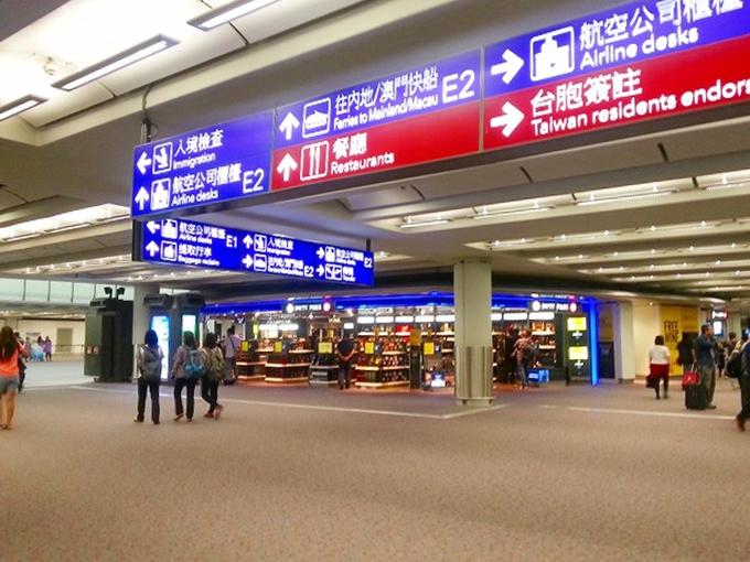 香港国際空港 イミグレーション(出入国管理)に向かう通路