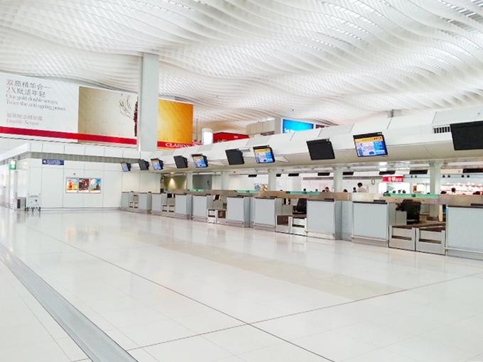 香港国際空港 出発ロビー チェックインカウンター