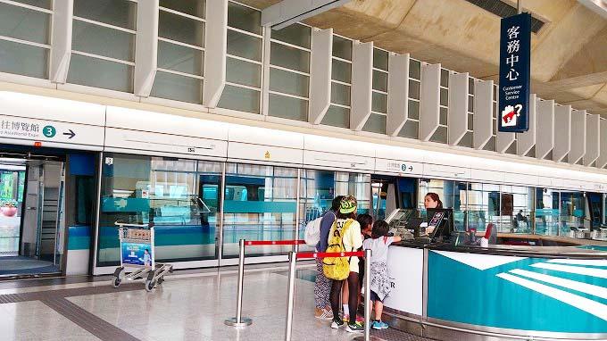 空港のこの客務中心でオクトパスカードを清算。香港→沖縄1(Return to Okinawa.)