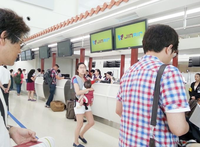 韓国旅行。Jin air counter in Okinawa Naha International airport.