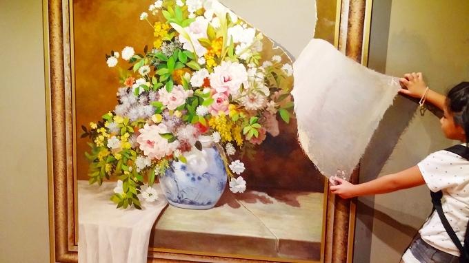 韓国・ソウル。高そうな絵画を破いてみました。 - ロッテワールド・アドベンチャー(Lotte World.)