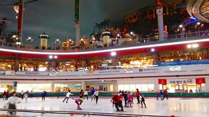 韓国・ソウル。イルミネーションの層 - アイススケートリンク(Lotte World.)