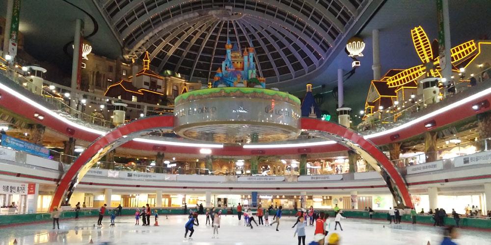 韓国ソウル。夜 - アイススケートリンク(Lotte World.)
