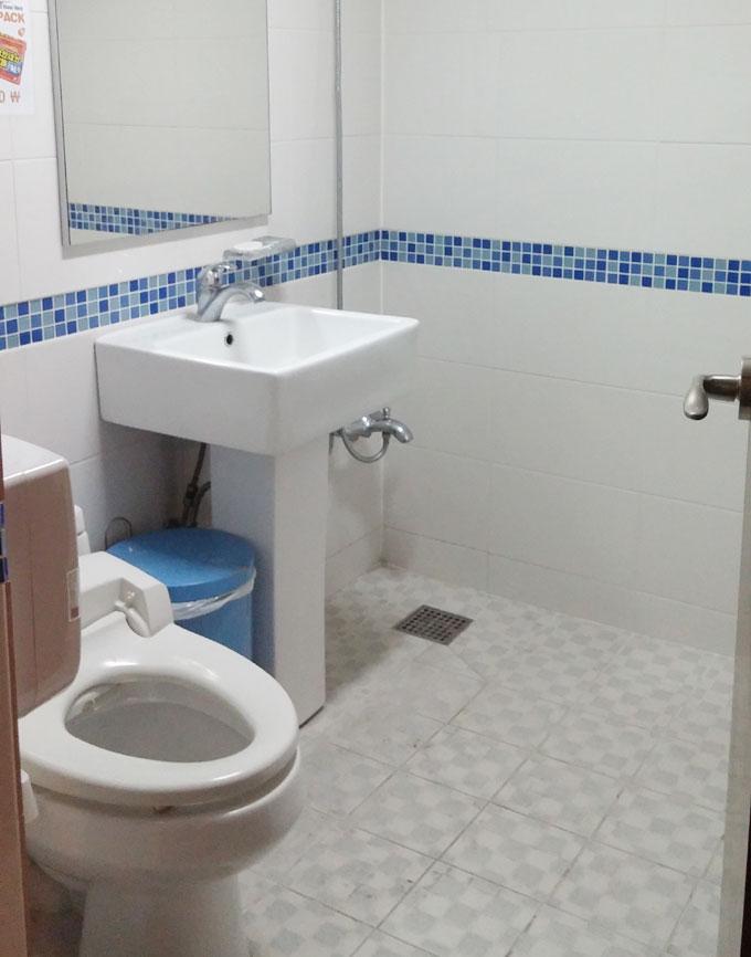 韓国。ソウル。2階男性用トイレ - Inno Hostel & Pub Lounge Hongdaeの朝