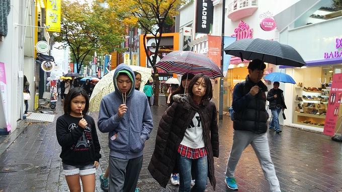 韓国。ソウル。みんな串くわえちゃって…。 - 明洞中区(チュング)散策(Walk in Myeong-dong.)
