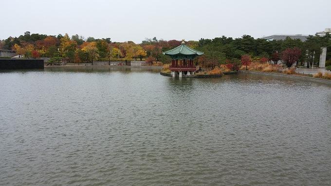 韓国。ソウル。博物館前の池 - 国立中央博物館へ(To National Hangeul Museum.)