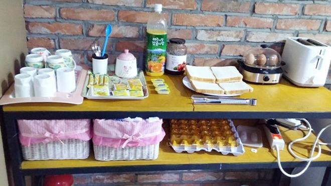 韓国。ソウル中区(チュング)北倉洞の朝・食器棚