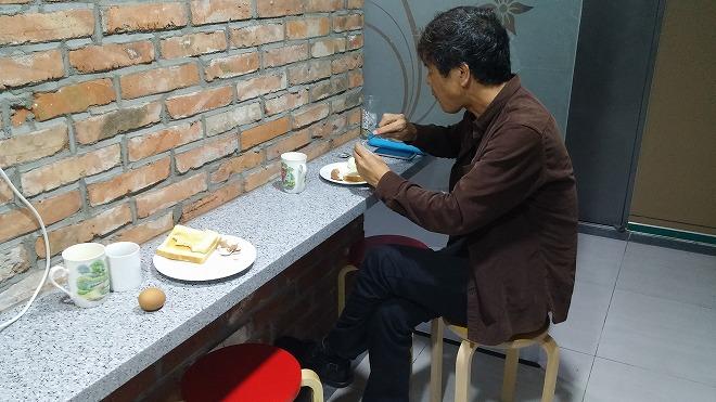 韓国。ソウル中区(チュング)北倉洞の朝・狭いテーブル