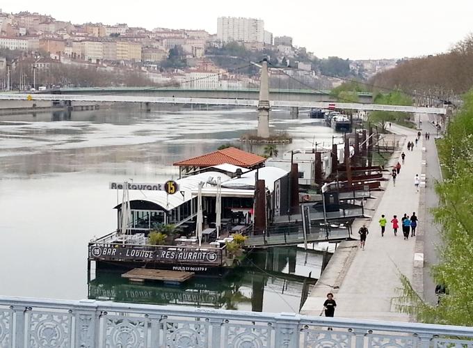フランス・リオン。Boat restaurant in the river.