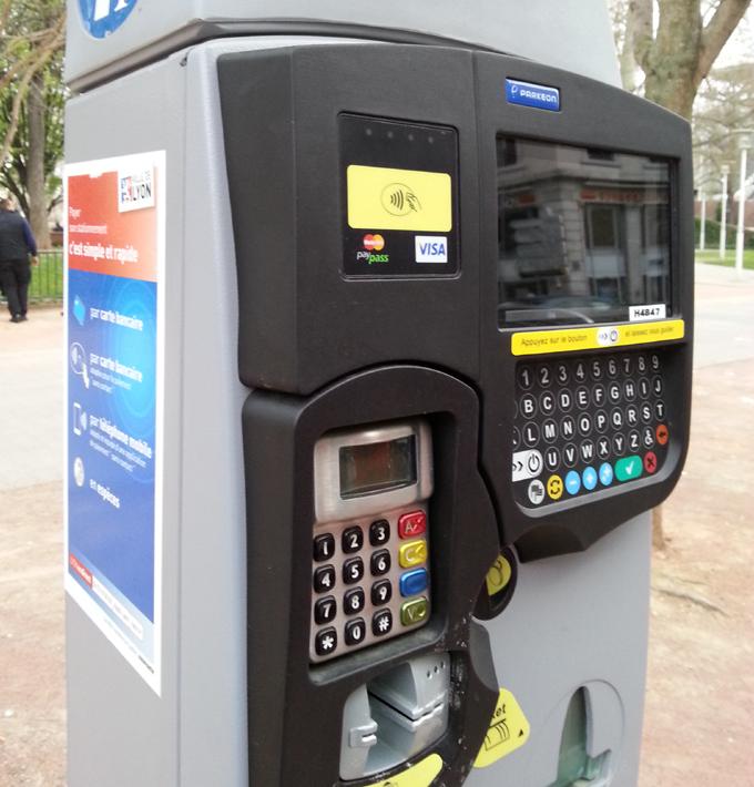 フランス・リオン。Machine of street parking.