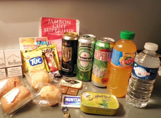フランス・リオン。The snacks and drinks which I bought from the store.