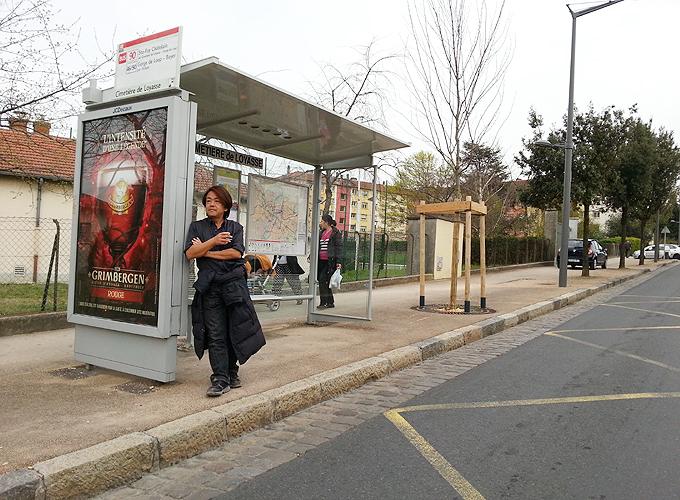 フランス・リヨン。バス停にて