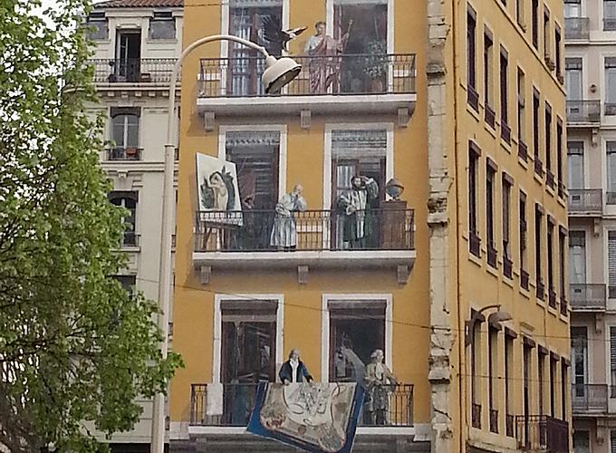 フランス・リオン。壁に描かれたベランダの絵