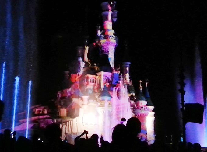 フランス・パリ:ディズニーランド。sleeping beauty castleのショー