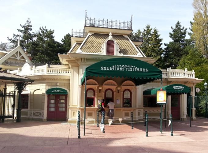 フランス・パリ:ディズニーランド。ticket booth.