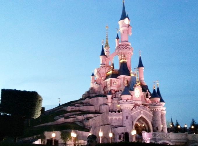 フランス・パリ:ディズニーランド。「眠れる森の美女城」
