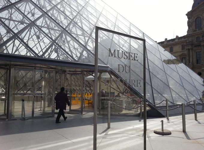 フランス・パリ。Louvre pyramid.