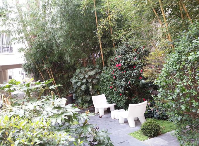フランス・パリ。Green full courtyard.