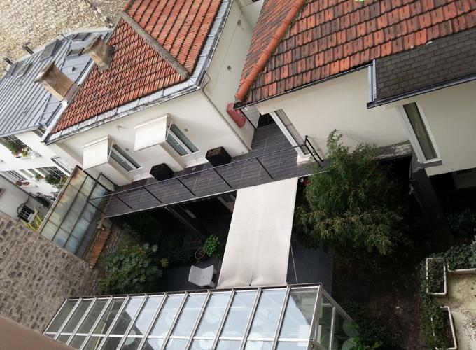 フランス・パリ。Red brick roof.