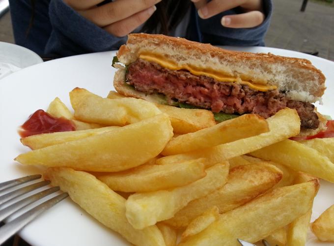 フランス・パリ。Having lunch at cafe le Commerce in front of the hotel.