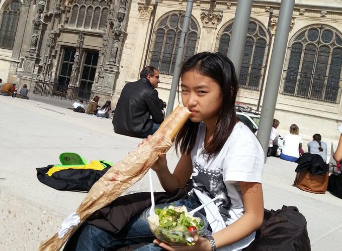 フランス・パリ。緑地でランチ