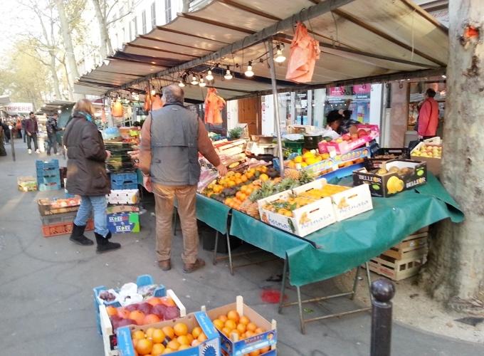 フランス・パリ。パリの路上マーケット