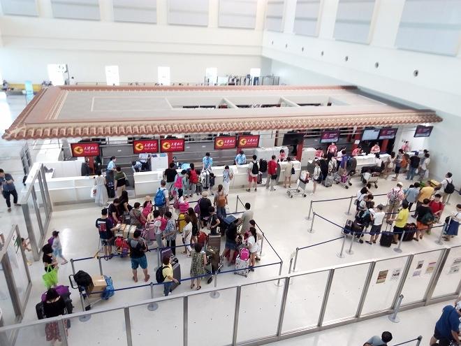 日本・那覇国際空港国際線チェックインカウンター。