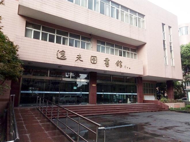 中国 上海外国語大学・図書館。