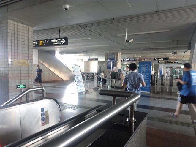 中国 上海・赤峰路駅の改札。