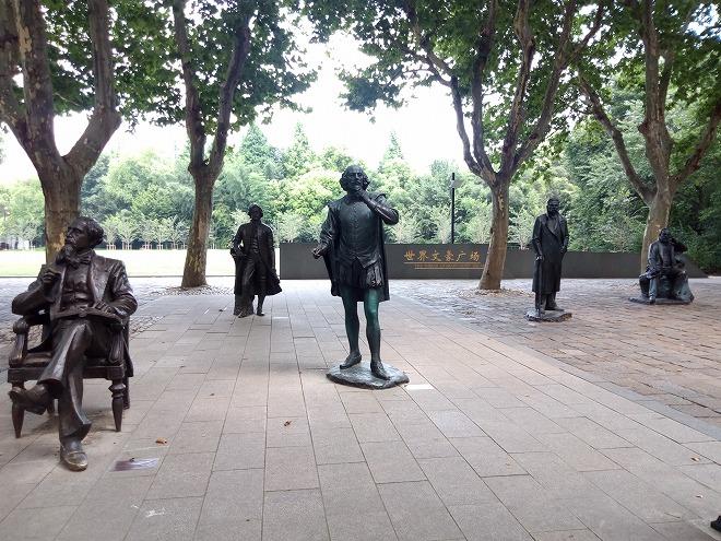 中国 上海外国語大学留学・上海虹口 魯迅公園。