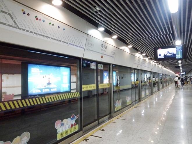 中華人民共和国 上海市。地下鉄構内。