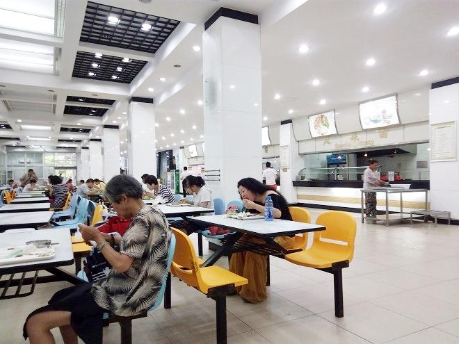 中国 上海外国語大学。SISU学食1階。