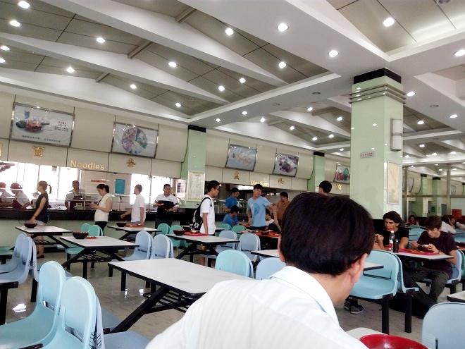 中国 上海外国語大学。学食2階。