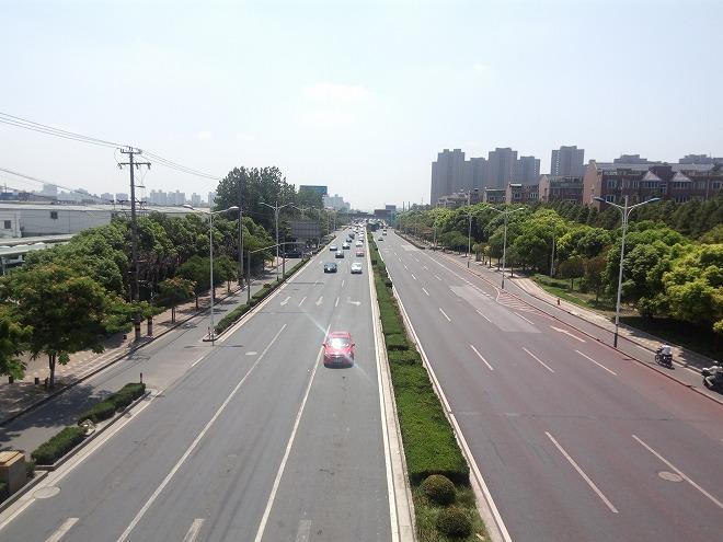 中華人民共和国 上海 江楊北路駅のそばを通る大通り