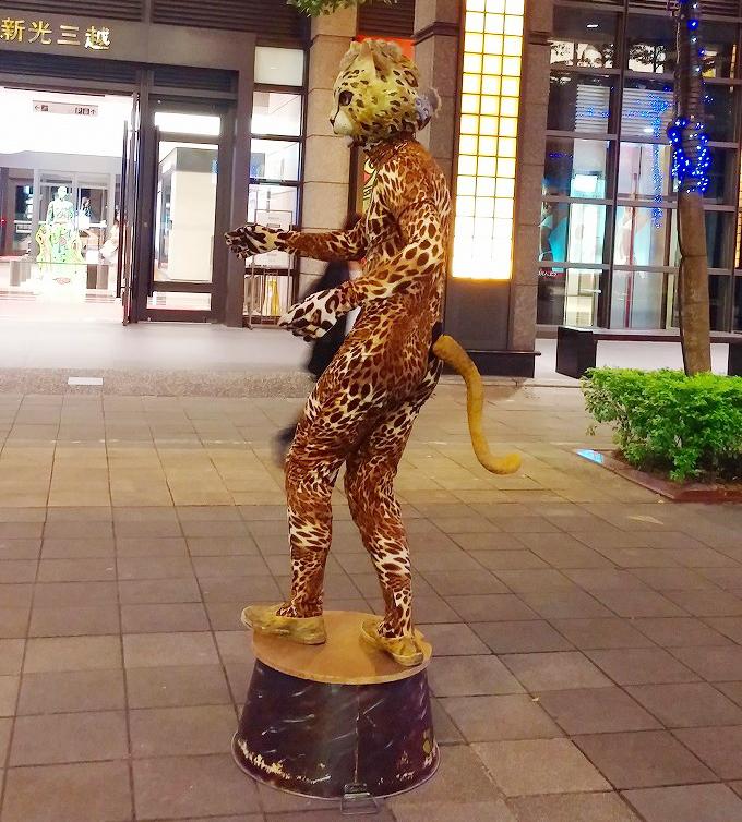 台湾 台北市 信義区 豹のコスチュームで動かないパフォーマンスをするパフォーマー