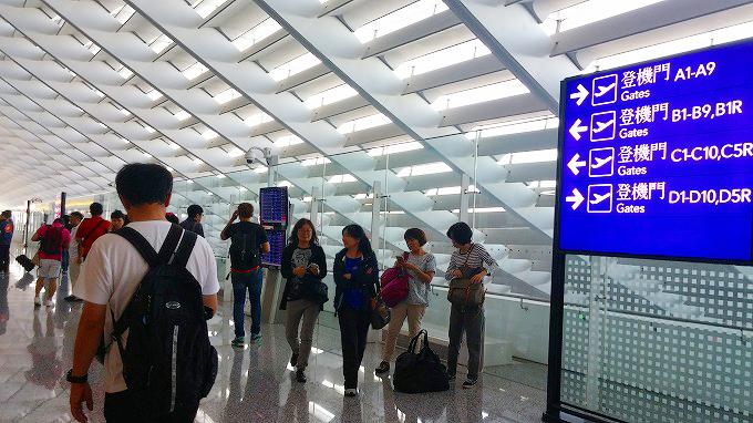 台湾 桃園国際空港 搭乗ゲートへの通路