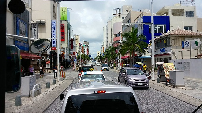 沖縄 那覇 公共バスからの国際通りの眺め