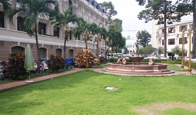 ベトナム・ホーチミン市。サイゴン・オペラ・ハウスの隣の緑地